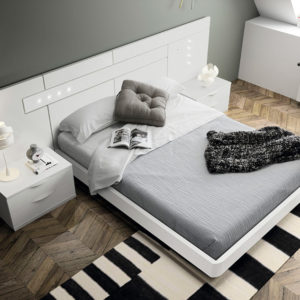 Dormitorio de matrimonio blanco con cabecero iluminación LED
