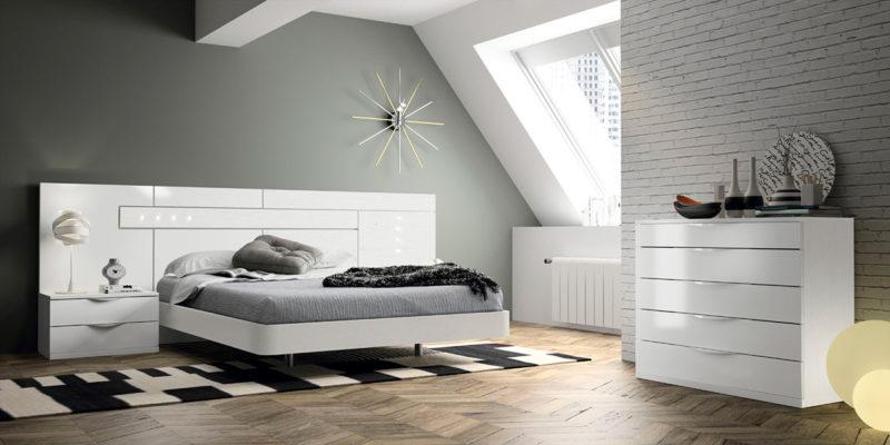 Dormitorio de matrimonio blanco con dos mesillas y sinfonier