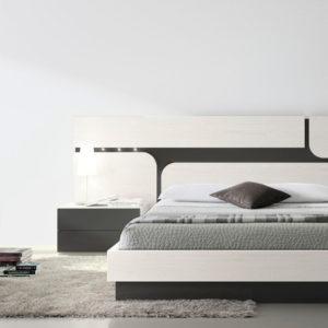 Dormitorio de matrimonio blanco y negro con cabecero con iluminación LED