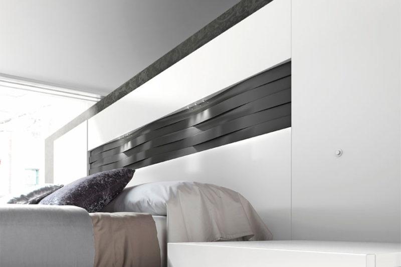 Dormitorio de matrimonio con armario blanco y cabecero combinado pizarra