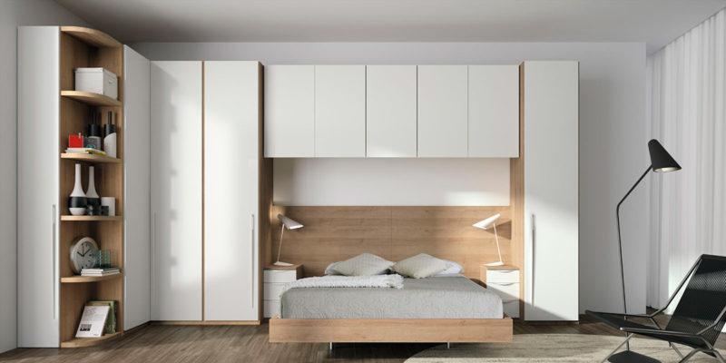 Dormitorio de matrimonio con puente y armario rinconero blanco y madera
