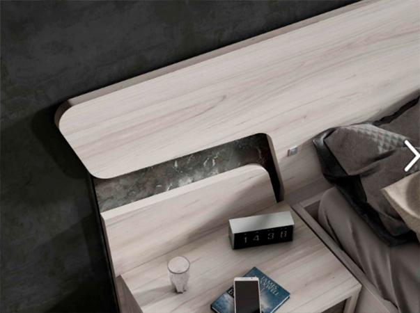 Dormitorio de matrimonio de diseño con cabecero original en madera