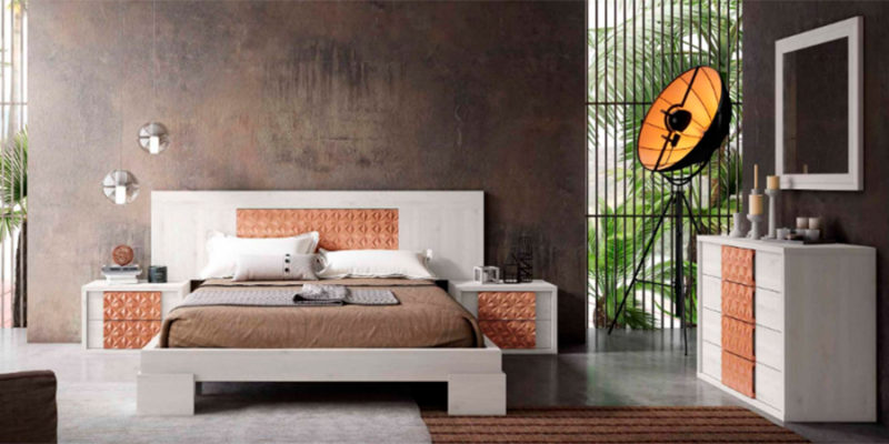 Dormitorio de matrimonio original con cabecero, mesitas y sinfonier